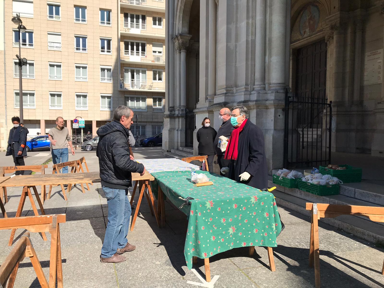 distribution repas à Saint Ambroise avec Mgr Aupetit