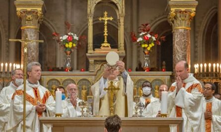 Célébration de l'Eucharistie avec Mgr Marsset, Mgr de Sinety, Père Pascal Nègre