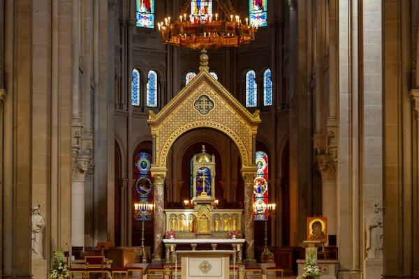grand lustre-couronne dans l'église Saint Ambroise, vue éloignée