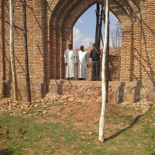 Père Narcisse RURENGA à Mutete au Rwanda avec son évêque
