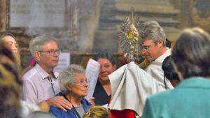 Adoration du Saint Sacrement avec Père Jérémie BONO