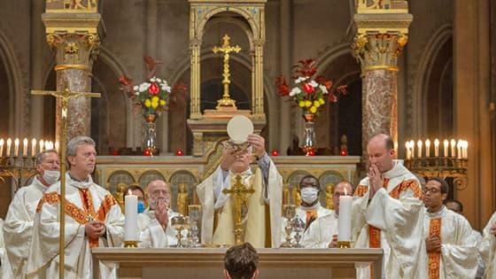 Communion, photo de l'Autel de Saint-Ambroise avec les prêtres