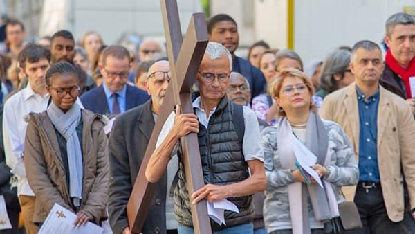 Photo du Chemin de Croix à l'extérieur de l'église de Saint-Ambroise