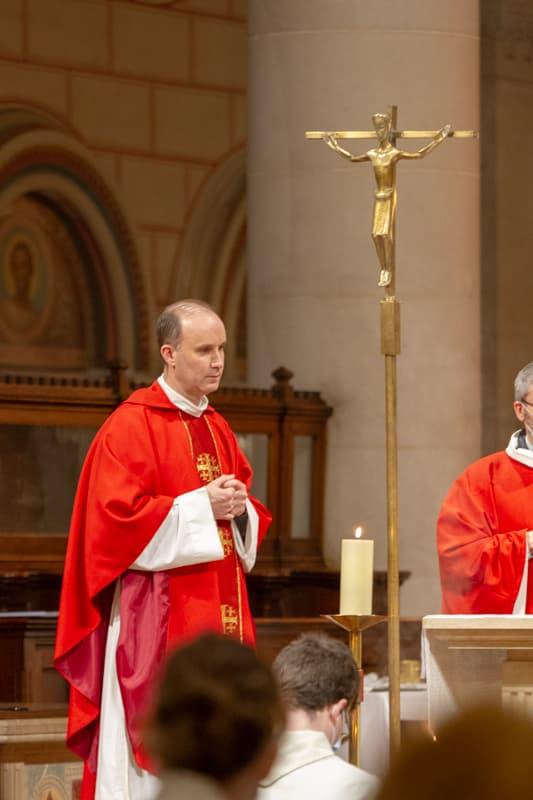 Père Pascal Nègre lors de la sacrement de la Confirmation à Saint Ambroise