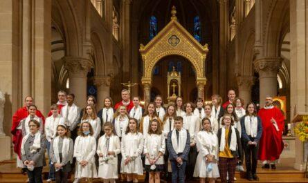 Photo de groupe de la confirmation des jeunes de Saint-Ambroise