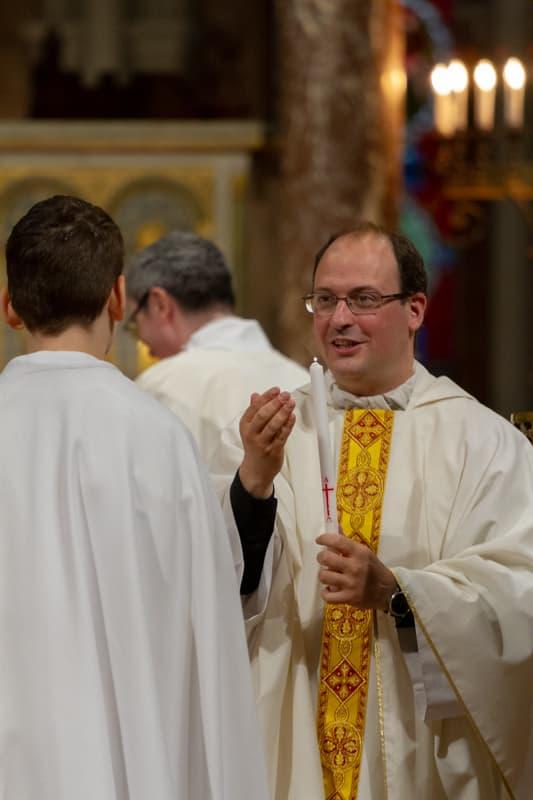 Père Baptiste MILANI donne la communion