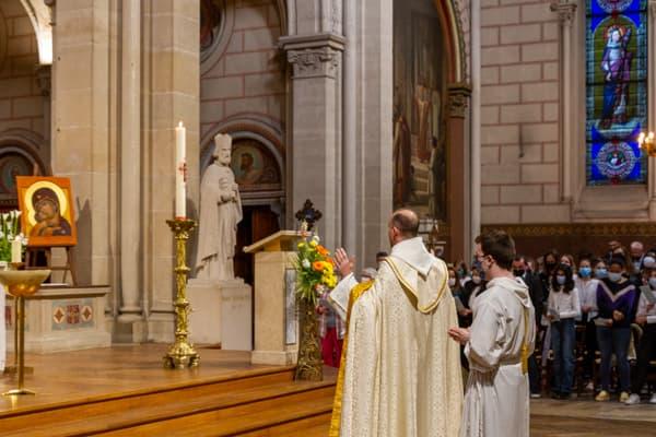 Père Pascal Nègre priant la Vierge Marie