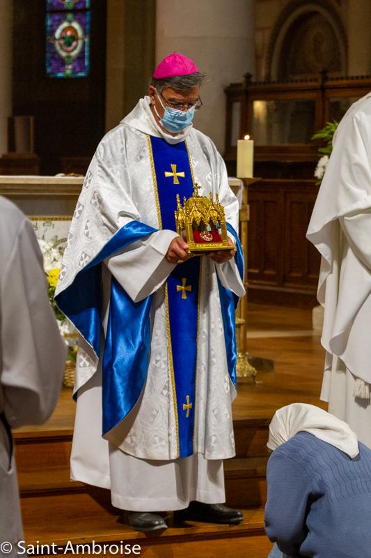 Reliques de Sainte Teresa de Calcutta tenues par Mgr Michel Aupetit